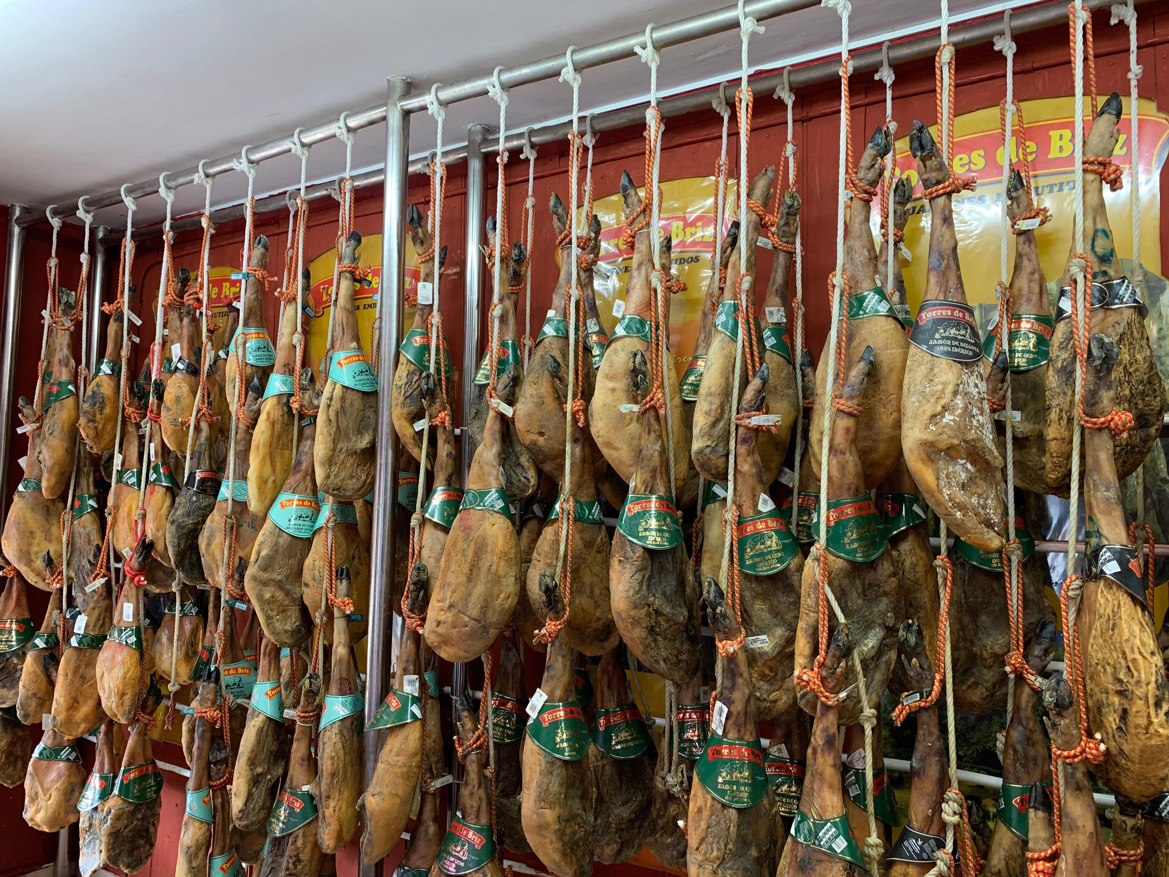 Jamonería Extremeña, Tienda de jamones, Jamónes ibéricos, jamones colgando, jamonería, Comprar jamones en Almendralejo